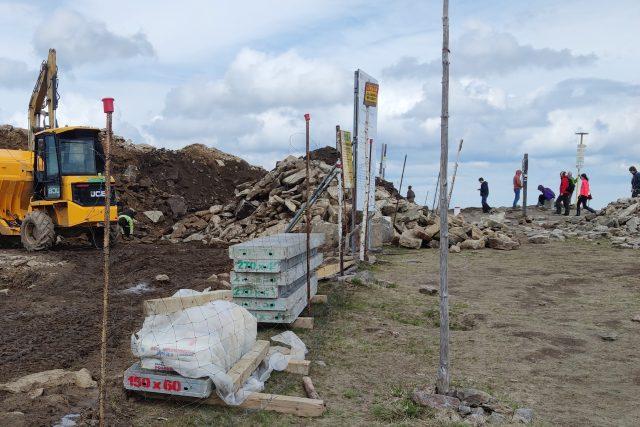 Stavební stroje ničí přírodu v okolí vrcholu Králického Sněžníku | foto: Společnosti přátel Jeseníků