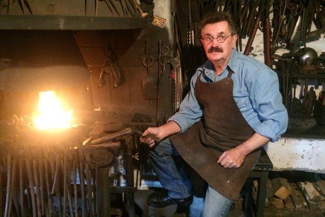 Umělecký kovář František Bečka u své výhně