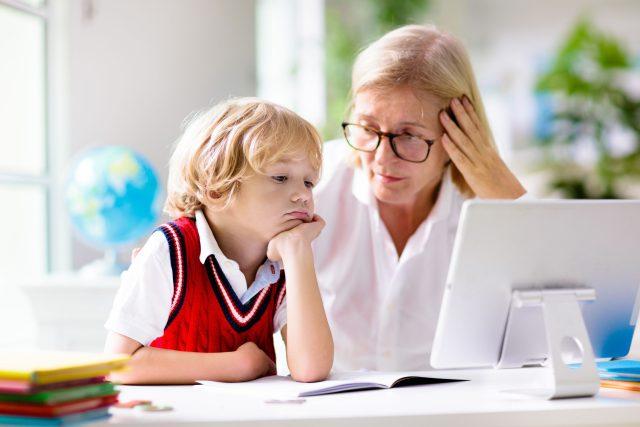 Matka se učí s dítětem během distanční výuky