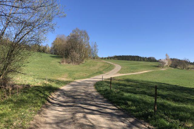 Po krkonošských cestách  (rozcestí nad Poniklou,  zprava vede od Víchovské Lhoty cesta Mrtvice) | foto: Radek Hanuš
