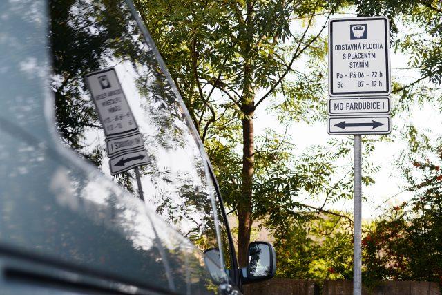 """Za Domem hudby v Pardubicích je """"odstavná plocha s placeným stáním"""". Většina řidičů se tady s placením neobtěžuje"""