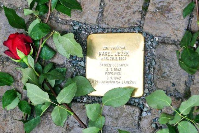 Odhalení sokolského Kamene zmizelých Karlu Ježkovi před školou v Doubravici u Dvora Králové nad Labem