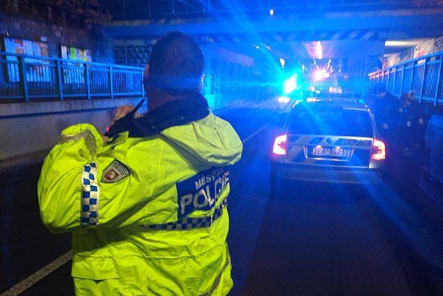 Městská policie a Policie ČR usměrňují dopravu po nehodě kamionu v podjezdu v ulici 17. listopadu v Pardubicích