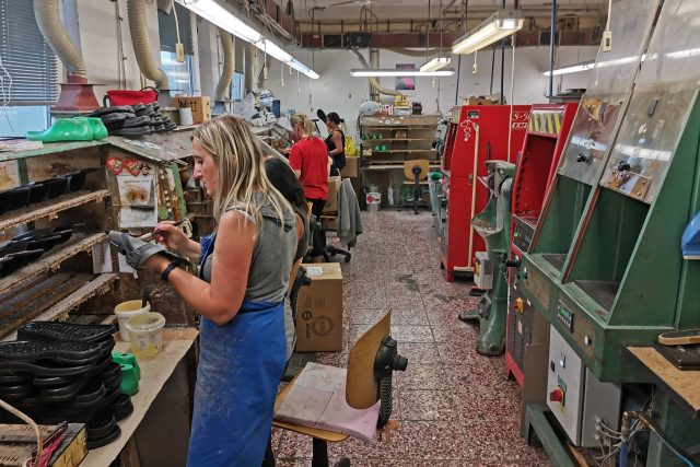 Dílna,  kde se boty lepí a tvarují | foto: Martin Stanko
