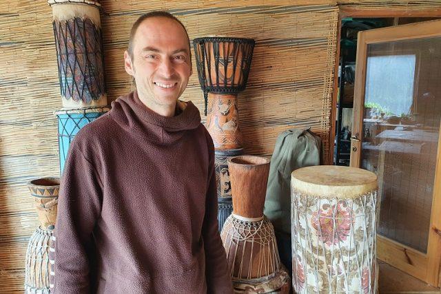 Pavel Jasanský výrobce bubnů z Brda nedaleko Luže | foto: Šárka Kuchtová,  Český rozhlas
