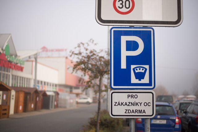 Na vjezdech na parkoviště k obchodnímu domu Uni Hobby přibyly značky upozorňující na placené parkování