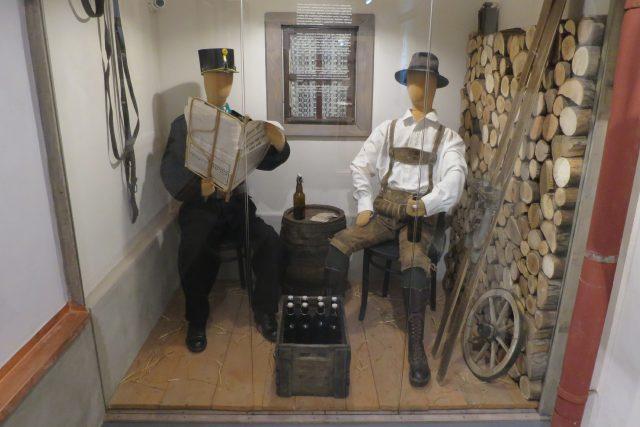 Příslušník finanční střáže při odpočinku s vesničasnem, možná pašerákem, kdesi na Králicku v roce 1914