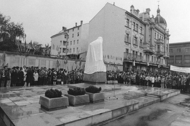 Odhalení Leninovy sochy v Parubicích na dnešním náměstí Republiky