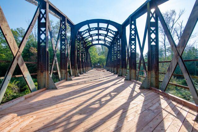 Historický most přes Chrudimku se dočkal obnovy. Tesaři kompletně vyměnili dřevěnou mostovku