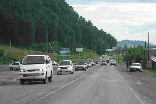 Proud aut ruských turistů směřujících na Altaj na Sibiři