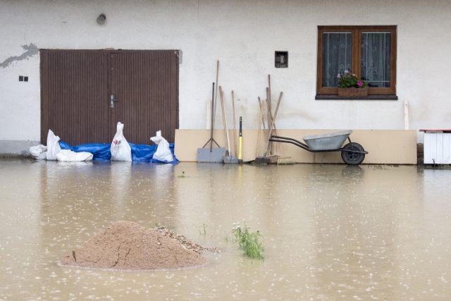 Velká voda klepe na dveře rodinného domu v Dolních Ředicích