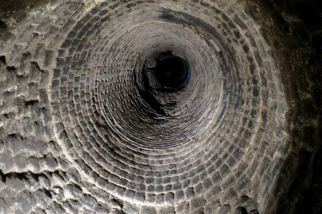 Průhled do pece a komína Berlovy vápenky v objektu muzea vápenictví
