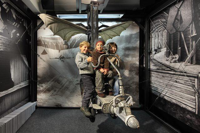 Děti na létajícím stroji