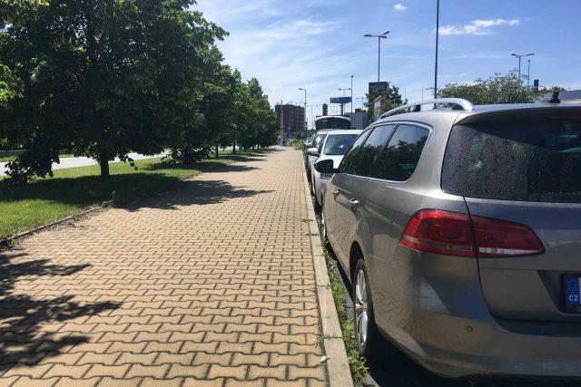Situace s parkováním u nádraží se zhoršila po uzavření parkoviště u lihovaru