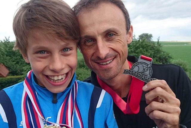 Plavec Jáchym Bača s otcem během závodního víkendu v červnu 2018