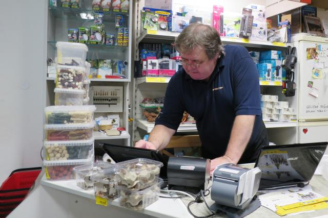 Vladimír Jehlička ve svém obchodě se zvířecími potřebami