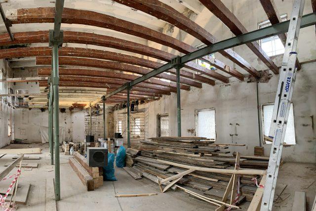 Řemeslníci musí konstrukce nejdříve svléknout donaha. Teprve potom můžou začít budovat | foto: Josef Ženatý,  Český rozhlas