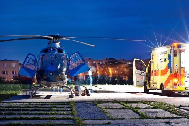 Vrtulník letecké záchranné služby na heliportu