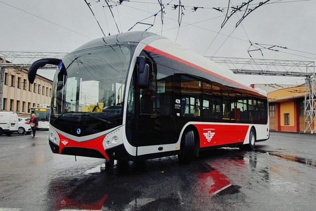 Nový trolejbus Škoda 32 Tr už v barvách pardubického dopravního podniku