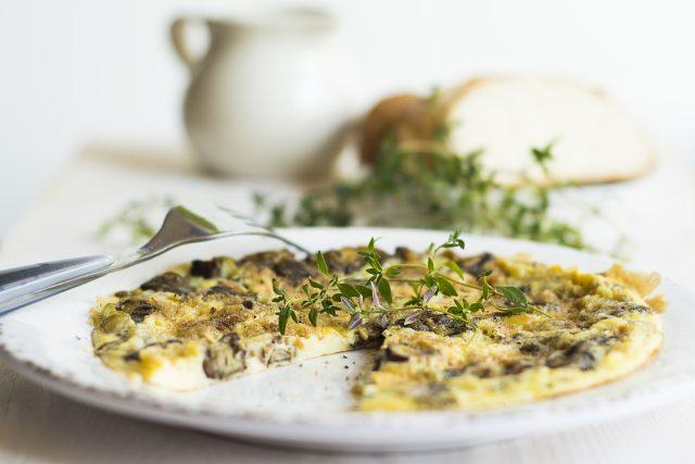 Omeleta by měla být hedvábně jemná,  kyprá a lehce vláčná  (ilustrační foto)   foto: Fotobanka Pixabay