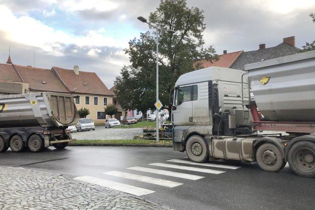 Kamiony s materiálem na stavbu D35 projíždí Luží   foto: Josef Kopecký,  Český rozhlas