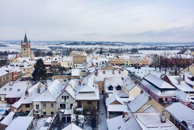 Výhled z věže kostela sv. Vavřince, z jeho severní věže je vidět na historické náměstí