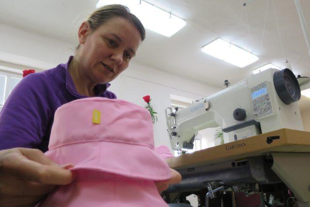 V šicí dílně společnosti Aksana právě vznikají klobouky pro klienta v Monaku