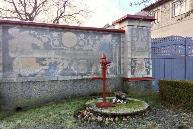 Sedlák dělá z hnoje chleba a milostpán z hnoje chléb na zdi rodného domu Aloise Mudruňky