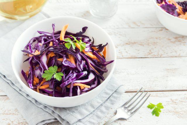 Červené zelí, salát, mrkev, zdravá strava, dieta, jarní očista, zdravý životní styl. Ilustrační foto