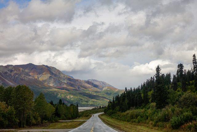 Silnice z městečka Gakona směrem na Delta Junction se proplétá mezi pohořím Hayes Range a Delta