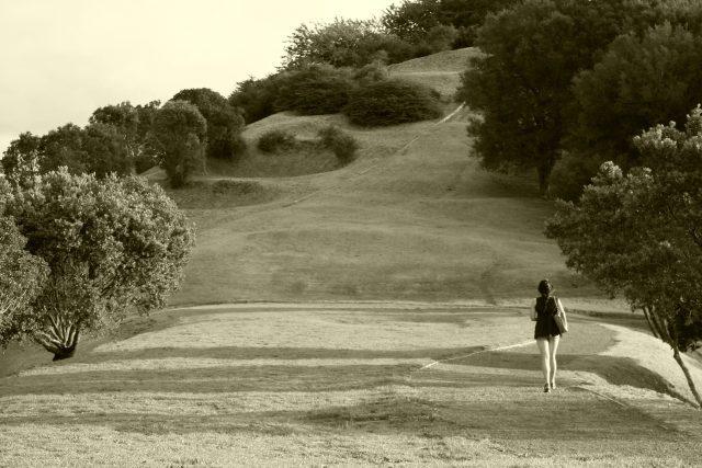 Minisukně, sukně, příroda, žena (ilustrační foto)