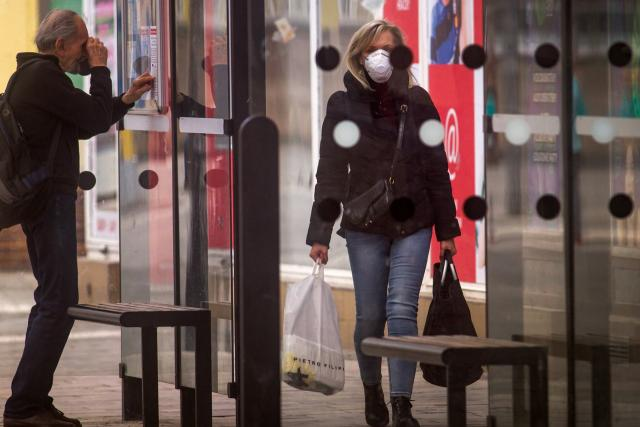 V ulicích Pardubic lidé nosí respirátory