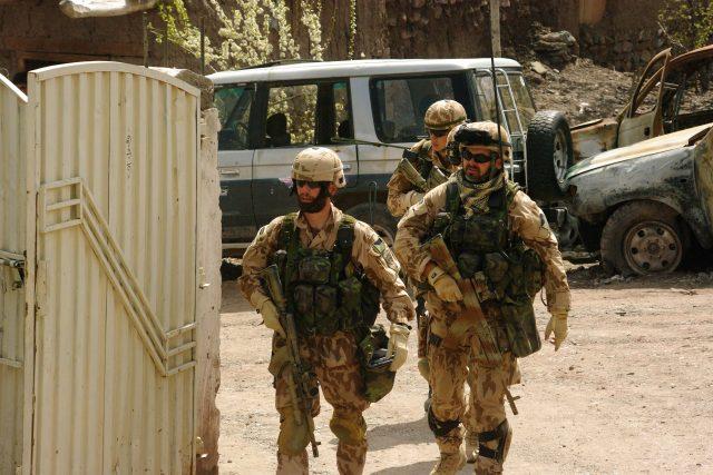 Do hornatého okresu Azra (Afghánistán) se vojáci dostávají pouze vrtulníkem (Ivo Zelinka vlevo)