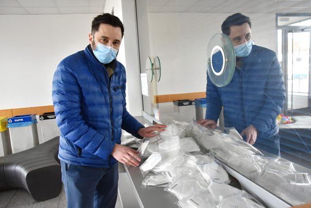 Jan Smejkal rozdává na nádražích v Poličce a ve Svitavách tisíce respirátorů, které koupil ze svého
