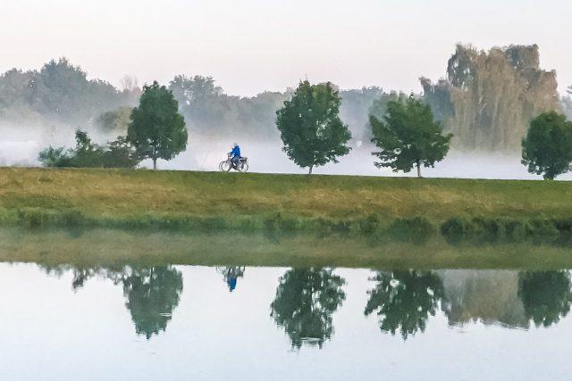 Cyklista na vyjížďce podél Labe | foto: Radek Kalhous,  MAFRA / Profimedia