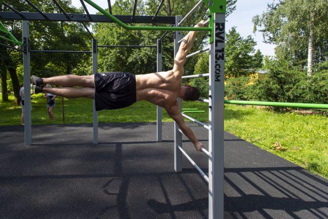 Pardubice mají v parku Na Špici nové workoutové hřiště | foto: Josef Vostárek,  ČTK