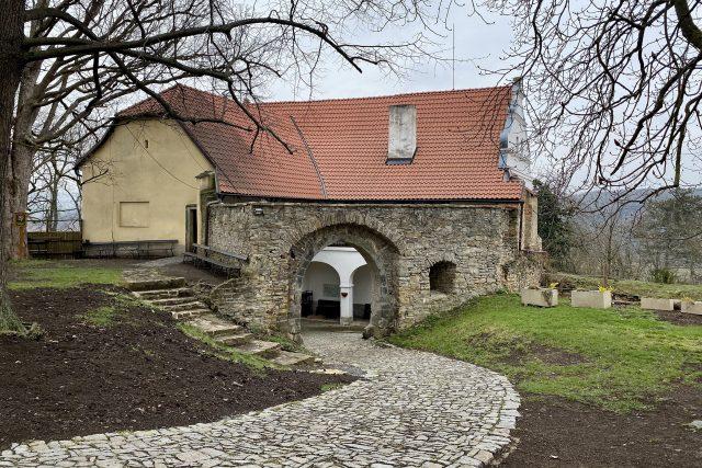 Budova purkrabství a vstupní brána na hlavní nádvoří Košumberka
