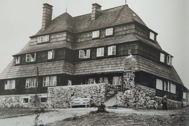 Oproti dnešku bývala Masarykova chata celá obložená šindelem