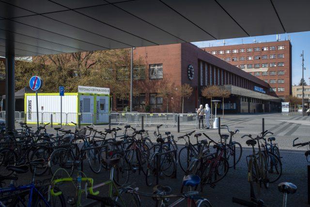 U vlakového nádraží v Pardubicích zahájilo provoz mobilní testovací centrum | foto: Josef Vostárek,  ČTK