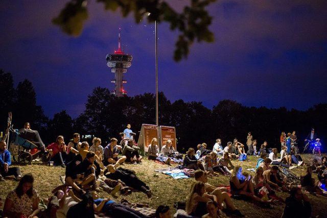 Letní kino v Pardubicích se v roce 2018 usídlilo na louce nedaleko Wonkova mostu