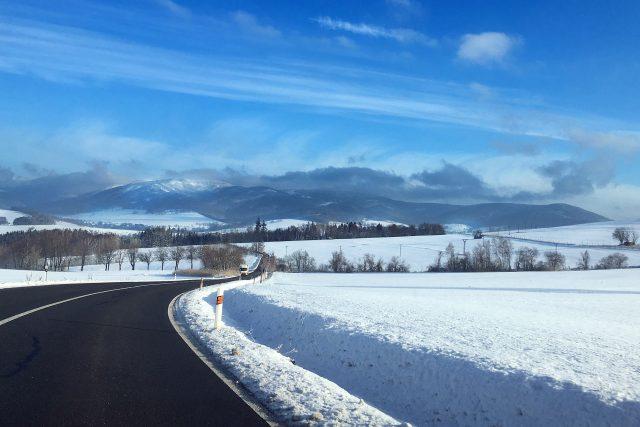 Dobré sněhové podmínky jsou i na Králicku (v pozadí oblast Králického sněžníku)