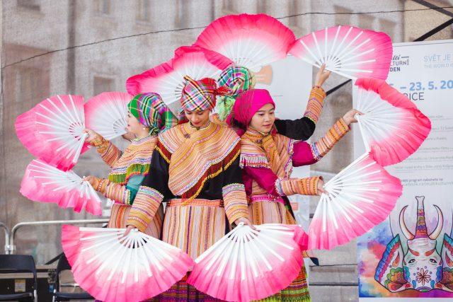 Na Multikulturním týdnu v Pardubicích představují cizinci svou kulturu prostřednictvím tance, ale i kuchyně