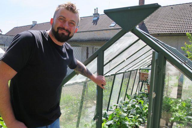 Florista Petr Kopáč pěstuje ve skleníku rajčata, okurky i salát