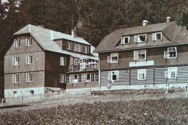 Orlická chata se postupně rozšiřovala. Pohlednice z 30. let