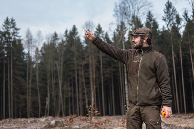 Támhle byl les. Jaroslav Časar stojí na mýtině, kde byly ještě nedávno vzrostlé smrky