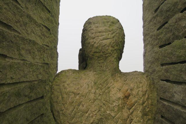 Plastika s názvem Pozorovatel na Mariánském kopci u Králík