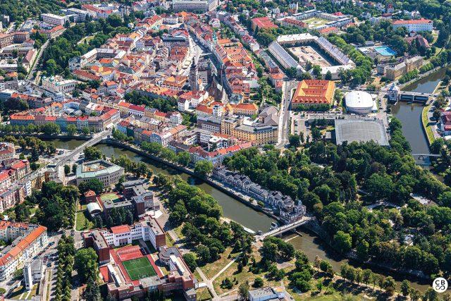 Město na soutoku Labe a Orlice, centrum duchovního života, kultury a vzdělanosti východních Čech. Sídlo českých královen je také nazýváno Salon republiky