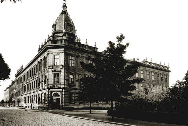 Roh budovy bývalé  průmyslové školy ve 30. letech, kterou později získala Vysoká škola chemická