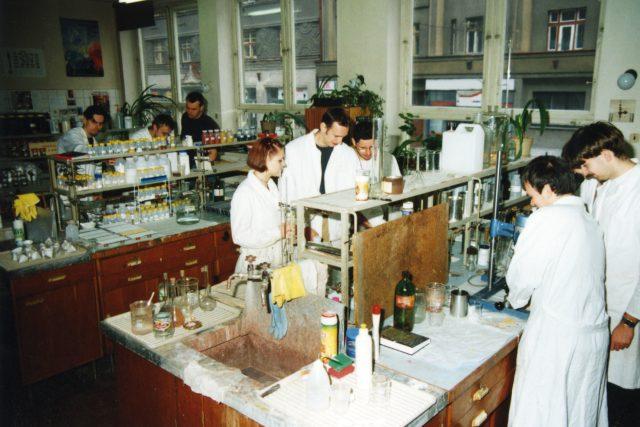 Laboratoř chemie VŠCHT na nám Čs. legií v 70. letech 20. století