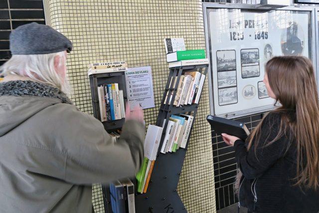 Kniha do vlaku. Na pardubickém nádraží je nová knihovnička
